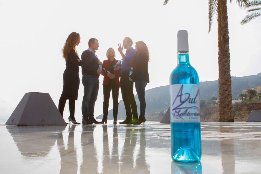 Nace el vino 'Azul Mediterráneo', un chardonnay de color azul
