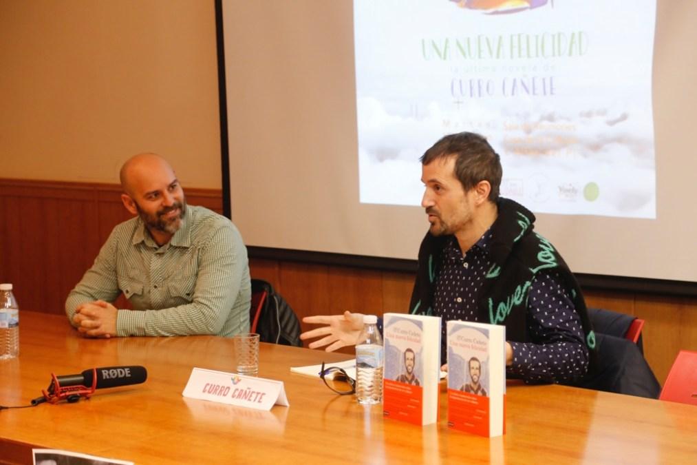 Curro Cañete presentó anoche en l'Alfàs su primera novela 'Una nueva felicidad'