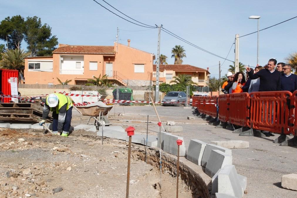 El Ayuntamiento acomete obras de mejora en la intersección entre las calles Mitra y  Tritó