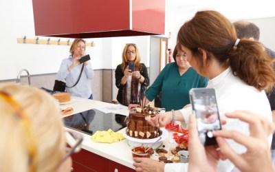 Los asistentes al taller de repostería pudieron aprender a realizar Drip Cakes