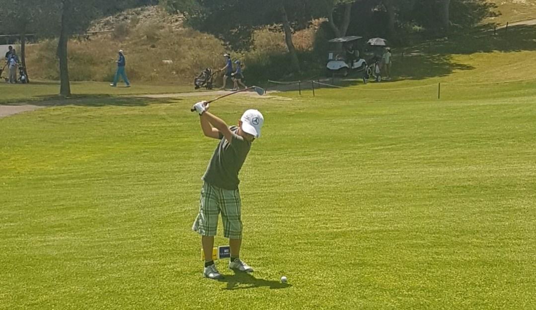 Max Risvag es la nueva promesa de la escuela municipal de golf que jugará torneos internacionales por méritos propios .