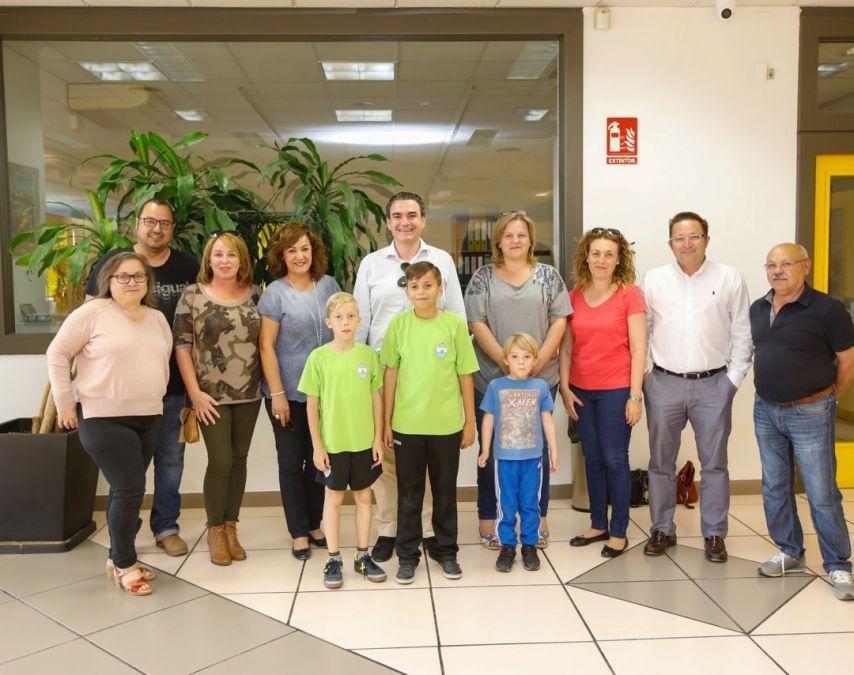 El alcalde de l'Alfàs, Vicente Arques, y la edil de Fiestas, Marisa Cortés, se reúnen con los nuevos mayorales de la Creueta.