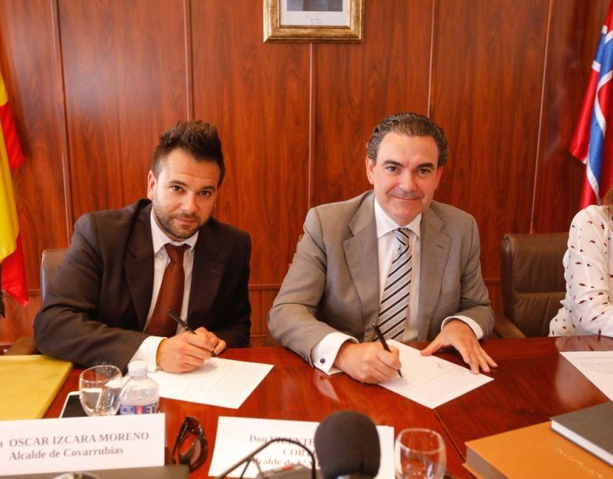 El alcalde de l'Alfàs del Pi, Vicente Arques, y el de Covarrubias, Óscar Izcara, firman el protocolo de hermanamiento entre las dos ciudades.