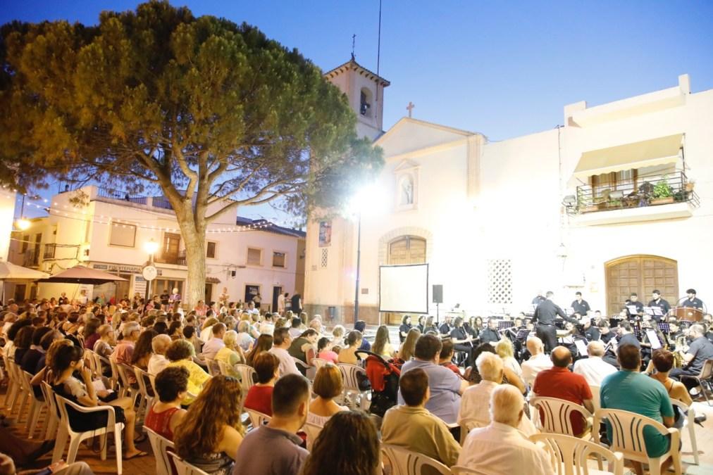 Multitudinario concierto de cine de La Nova de Benidorm en la plaza Mayor de l'Alfàs