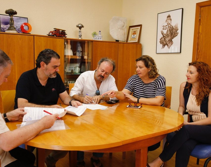 Firma del convenio musica clasica Maite Garcia concejala de cultura de l'Alfas y Alcalde Alfaz Vicente Arques