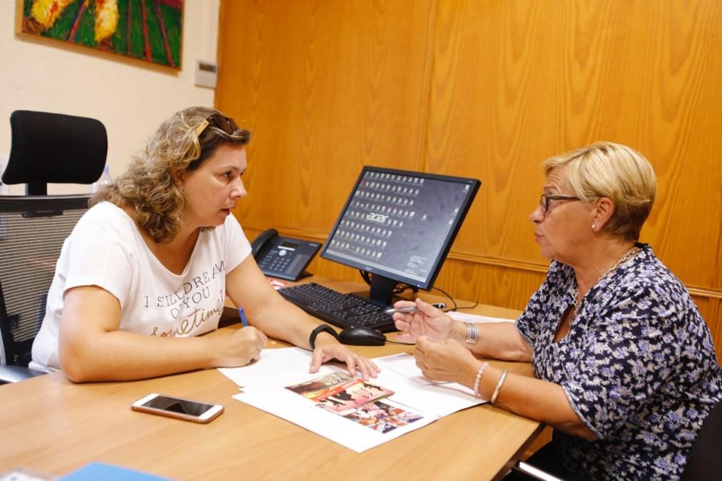 La concejala de l'Alfàs Mayte García con la residente uruguaya Rina Castellucci