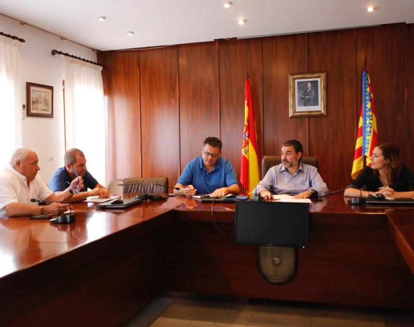 reunión alcalde de l'Alfàs con técnicos para puesta en marcha plan limpieza