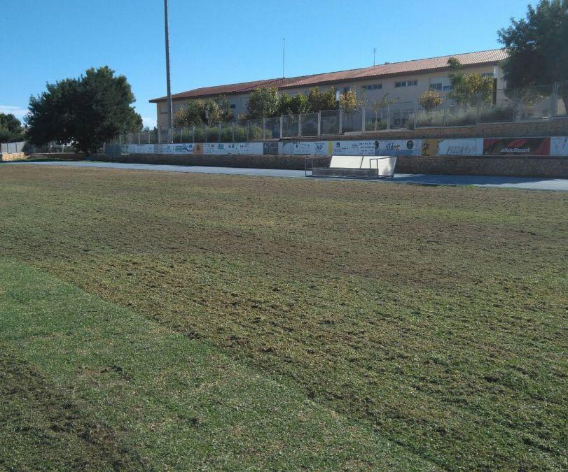 La concejalía de deportes esta efectuando trabajos de mejora en el campo de fútbol de césped natural de l'Alfàs del Pi