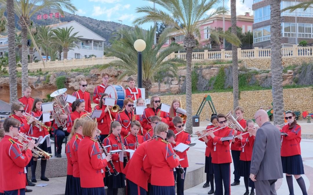La banda juvenil noruega de Hamar ofrece un concierto en la playa de l'Albir