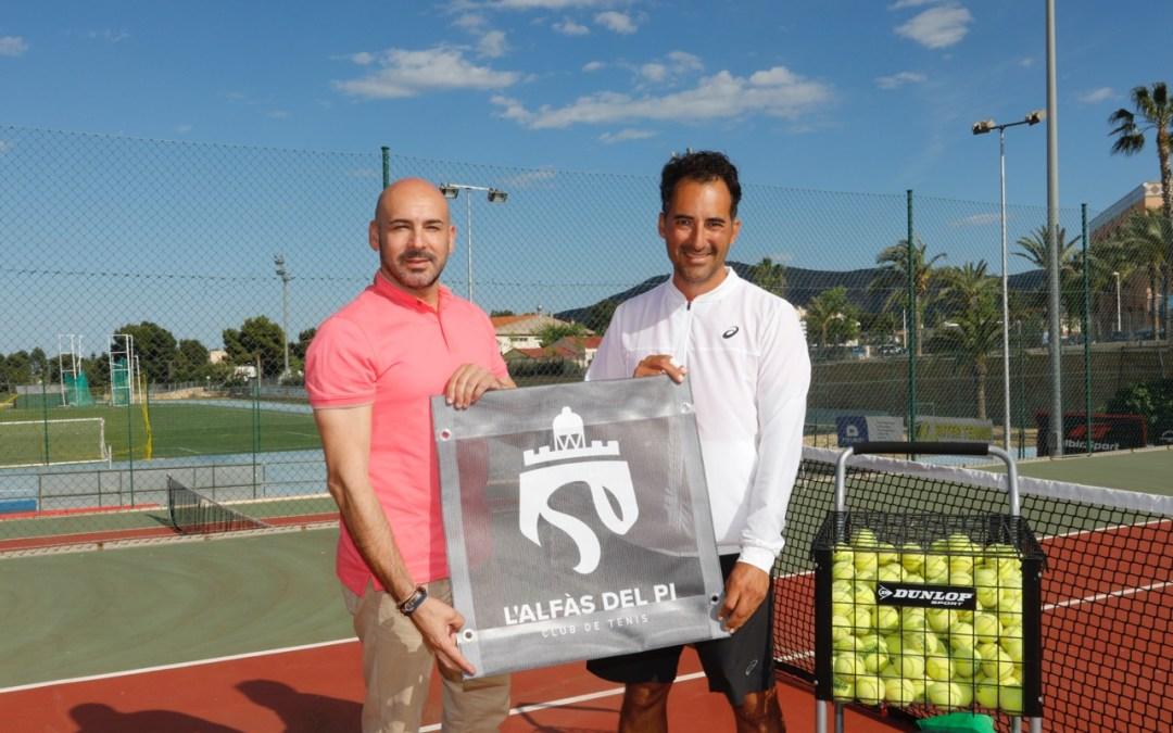 El Club de Tenis de l'Alfàs del Pi presenta el anagrama del club al concejal de deportes Luis Miguel Morant.