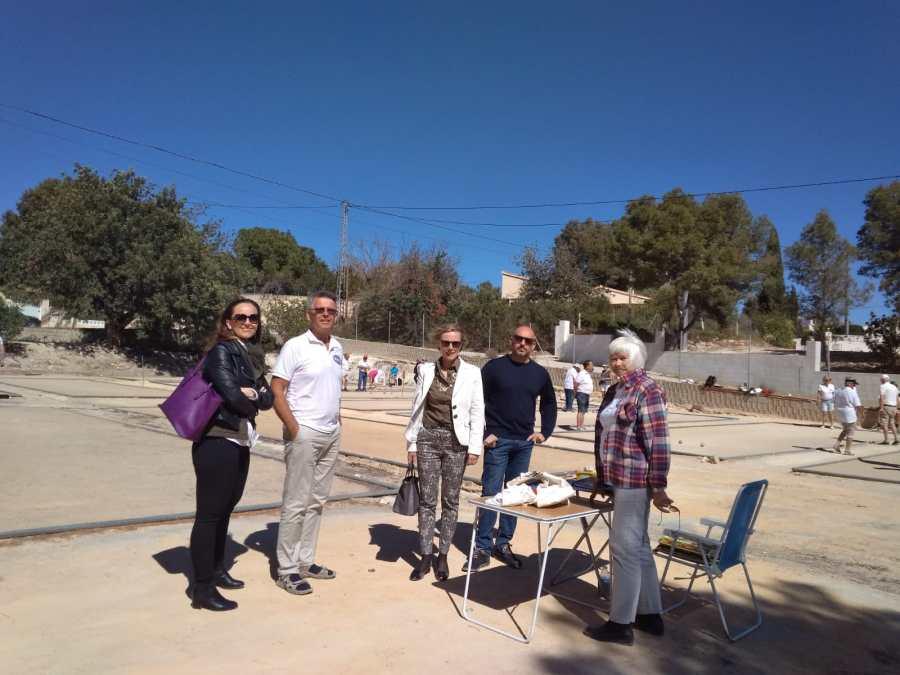 Las concejalías de residentes y deportes se interesan por las actividades del Club Petanca Amistad