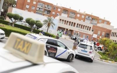 Los taxistas de l'Alfàs rinden homenaje al trabajo de médicos y sanitarios frente al COVID-19