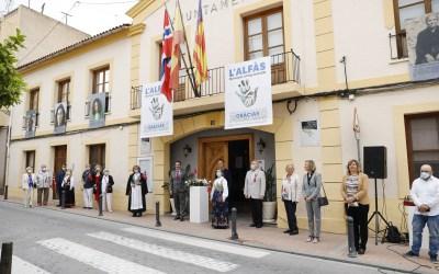La bandera noruega ondea en la fachada del Ayuntamiento de l'Alfàs
