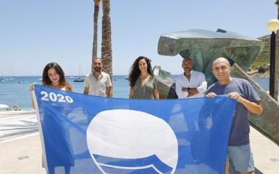 Los homenajeados por el 32 Festival de Cine de l'Alfàs izan la bandera azul en la playa de l'Albir