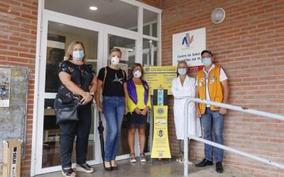 El Club de Leones de l'Alfàs dona dos dispensadores de hidrogel a los Centros de Salud