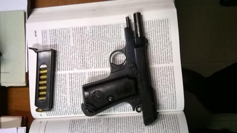 Pensionato minaccia con una pistola il vicino di casa