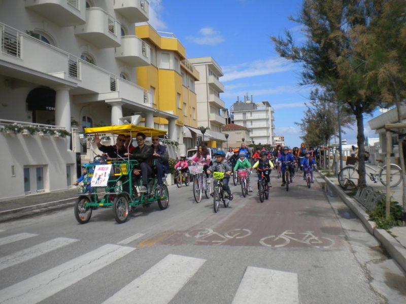 A Senigallia neppure le nuvole fermano i ciclisti