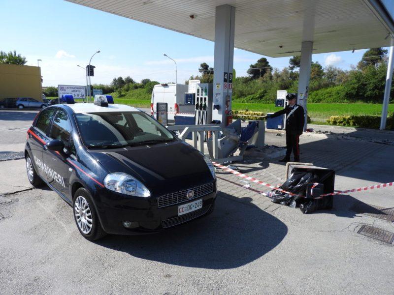 Rubano due autocarri e scassinano le casse self service di un distributore di carburanti