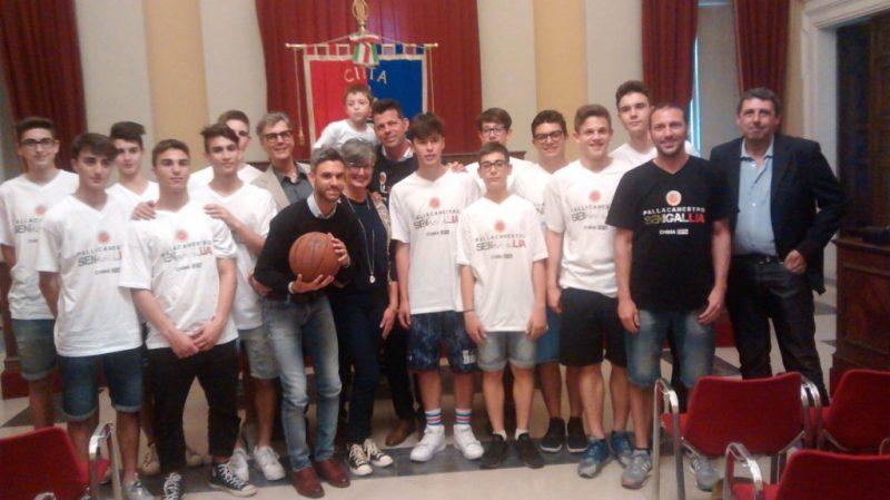 La squadra giovanile della Pallacanestro Senigallia ricevuta in Comune