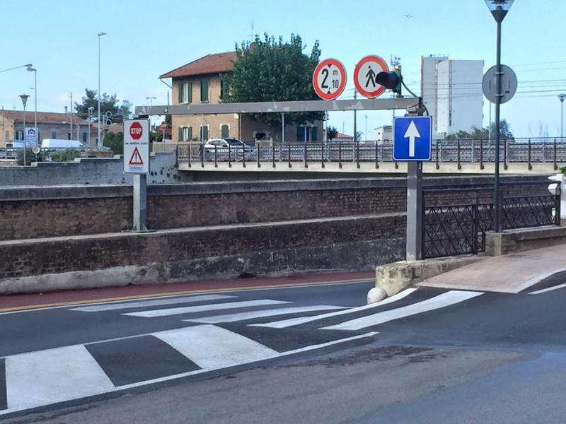 Senigallia, caos segnaletica nel sottopasso di via Perilli