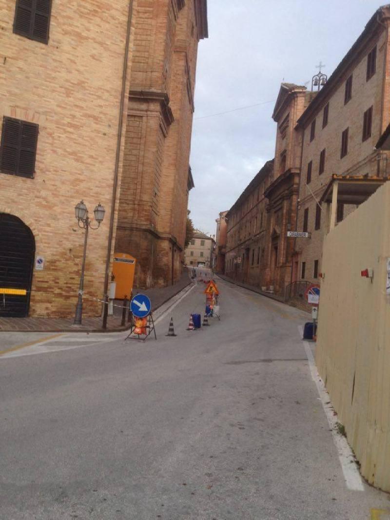 MONTE SAN VITO / Dopo il terremoto molte aree del centro storico continuano a restare transennate