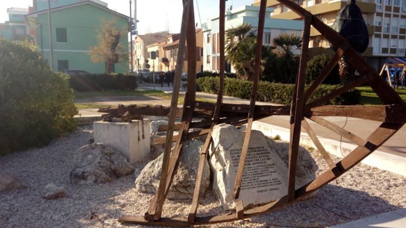 FANO / Sul lungomare di Sassonia danneggiato il monumento alla marineria