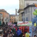 PERGOLA / Sei carri, gruppi mascherati, musica e divertimento domenica al Carnevale Pergolese
