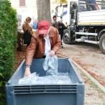 A Montignano l'acqua potabile arriva con i camion del Comune: la distribuzione in piazza