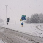 Il ghiaccio rende sempre più difficile il transito su molte strade
