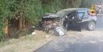 A Jesi una donna incinta perde il controllo dell'auto e finisce contro un albero