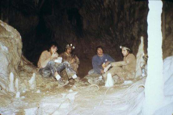 Gli scopritori a riposo nella sala del trono - 1971