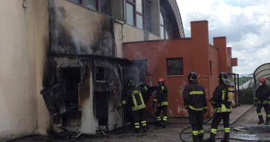 Divorata dalle fiamme la centrale termica all'esterno del Palazzetto dello Sport di Corinaldo / FOTO e VIDEO