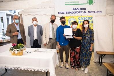 COLLI AL METAURO fattorie marchigiane La consegna della targa ricordo alla Famiglia di Paolo Pretelli