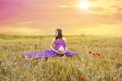 donna in gravidanza incinta in un campo di grano