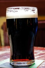 Cerveza de color negro profundo.