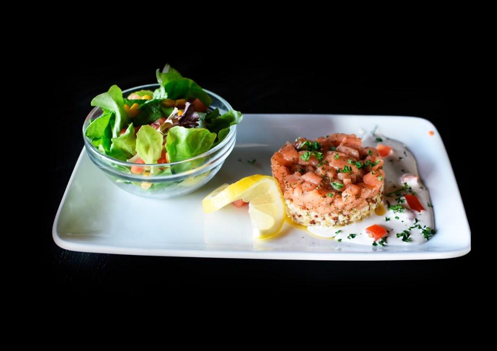 Duo de tartare de saumon et quinoa en deux couches
