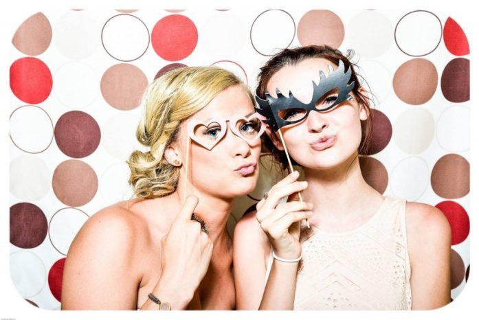 jeunes femmes qui posent pour un photobooth animation de mariage