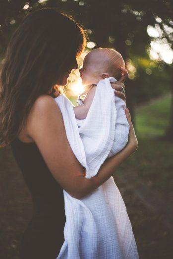grossesse et vaccin : femme avec son bébé