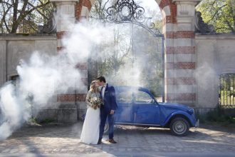 Photos des mariés derrière une 2CV