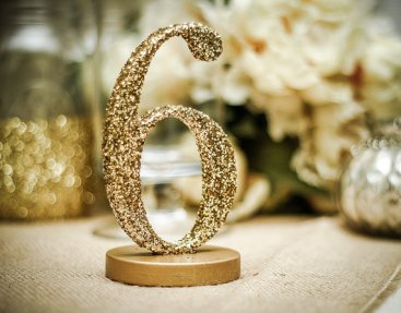 Inspirations pour un mariage doré | Numéro de Table doré | présenté par La Mariée Sous Les Etoiles