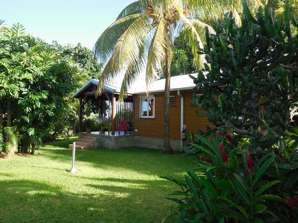 bungalows en bois dans le jardin