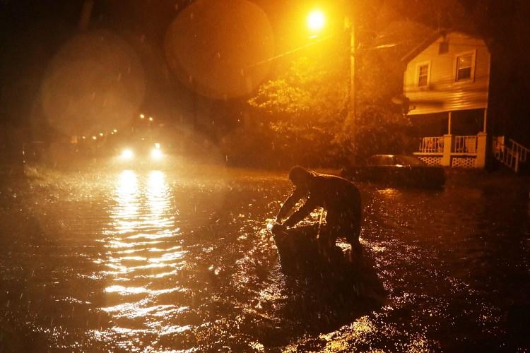 Calles inundadas en la noche del jueves en New Bern, Carolina del Norte (Somodevilla/Getty Images/AFP)
