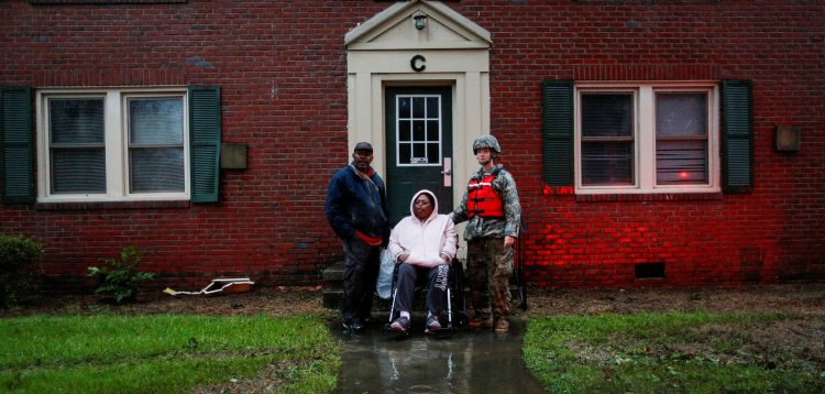 Una mujer en silla de ruedas es rescatada por socorristas del Ejército en New Bern, Carolina del Norte (REUTERS/Eduardo Munoz)