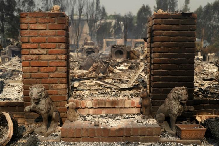 Estatuas de león que decoraban la entrada de una lujosa vivienda en Malibú