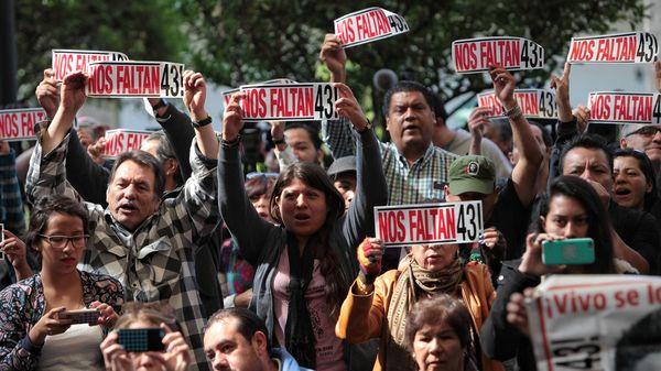 Padres y distintas organizaciones rechazan la versión oficial sobre la desaparición de los 43 estudiantes de Ayotzinapa ( Foto: EFE)