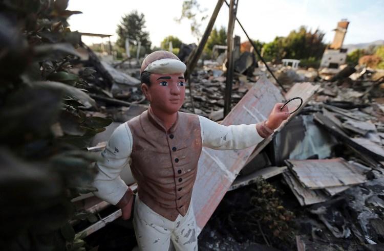 Un jockey decorativo contrasta entre las cenizas que dejó el incendio