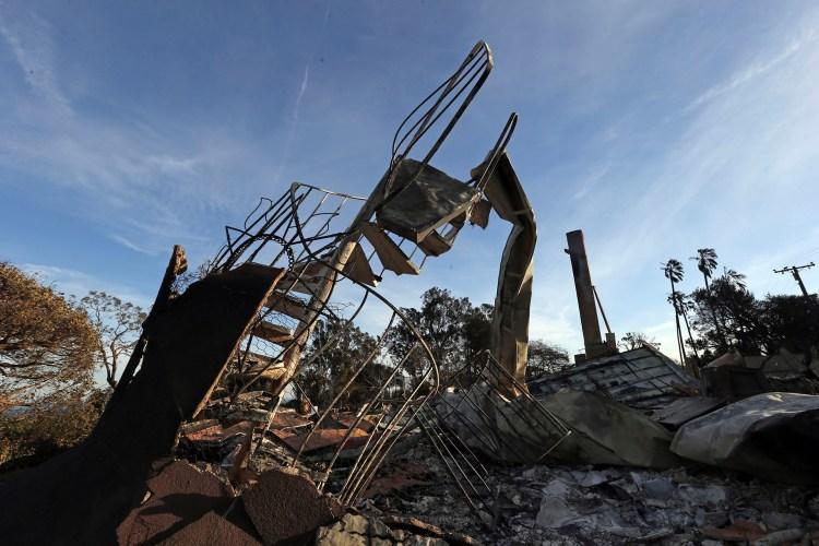 Una escalera de una casa quedó a la vista ante la destrucción de las cuatro paredes en Point Dume