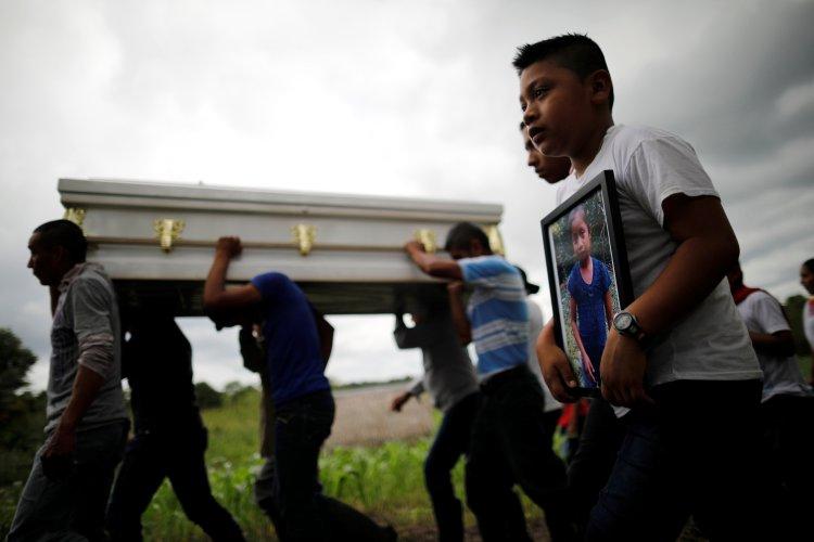 El entierro en Guatemala de Jakelin Caal, de 7 años, quien viajó junto a su padre escapando de la violencia y la pobreza de su país (Reuters)