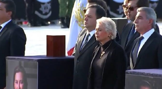 "Gritos de ""¡asesina!"" se escucharon cuando Olga Sánchez Cordero montó guardia de honor (Foto: Captura forotv, televisa="