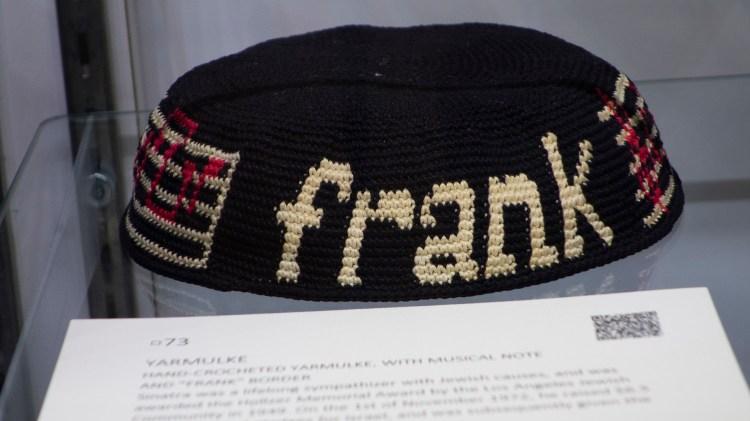 El kipá de Frank Sinatra es parte de la subasta Lady Blue Eyes (Photo by Don EMMERT / AFP)